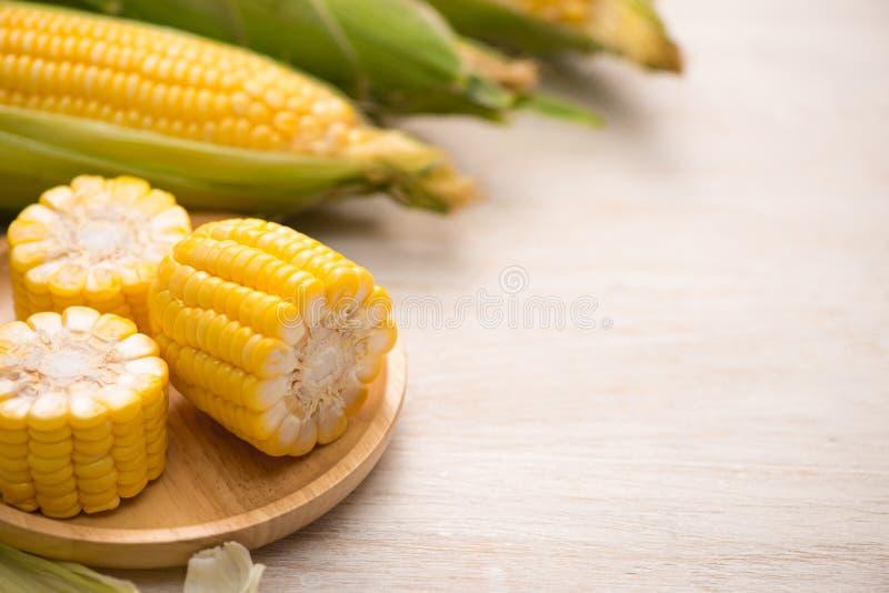 甜玉米 在玉米棒的新鲜的玉米在木桌上 库存图片