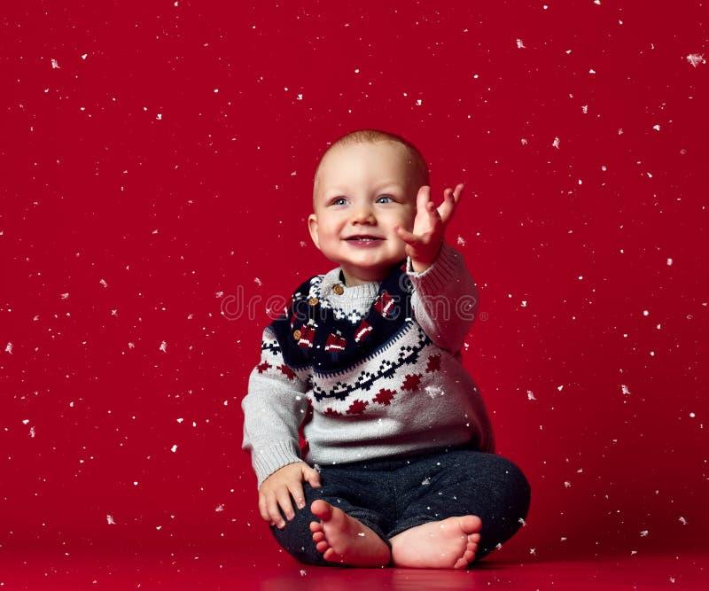 甜男婴,孩子,有蓝眼睛的逗人喜爱的小孩特写镜头画象的图象  库存图片