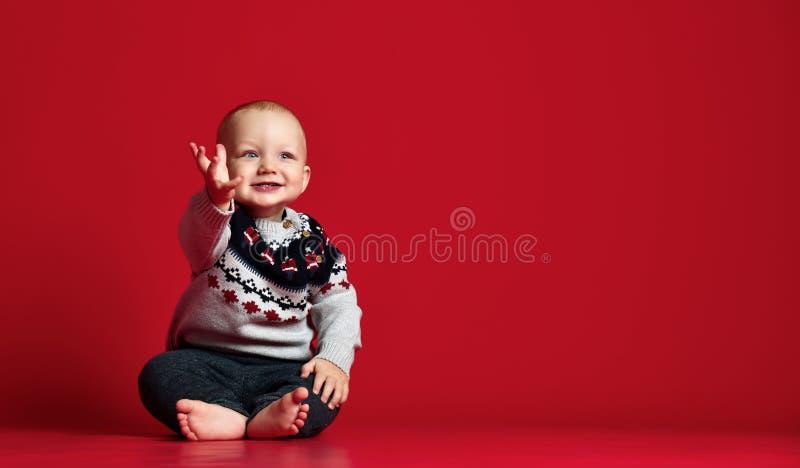 甜男婴,孩子,有蓝眼睛的逗人喜爱的小孩特写镜头画象的图象  免版税库存照片