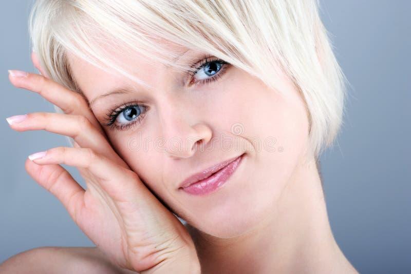 甜白肤金发的妇女 库存照片