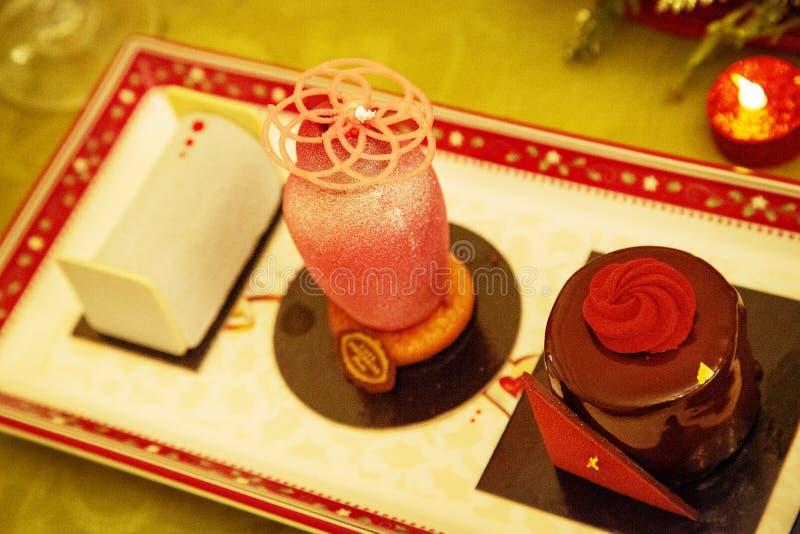 甜美丽的点心杯形蛋糕在瓷板材放置 免版税库存图片
