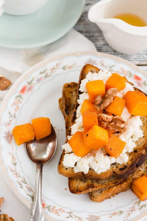 甜自创三明治用南瓜、乳酪和坚果, selectiv 图库摄影