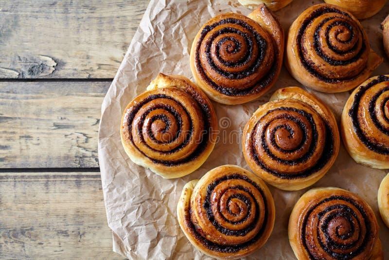 甜自创圣诞节烘烤 桂皮卷小圆面包用填装在羊皮纸的可可粉 Kanelbulle瑞典人点心 图库摄影