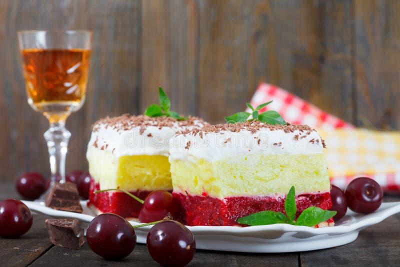 甜自创樱桃蛋糕用香草和纯奶油 免版税图库摄影