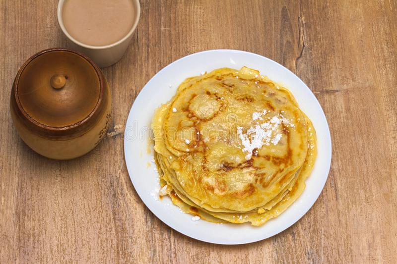 甜自创薄煎饼用用糖粉和蜂蜜 免版税库存图片