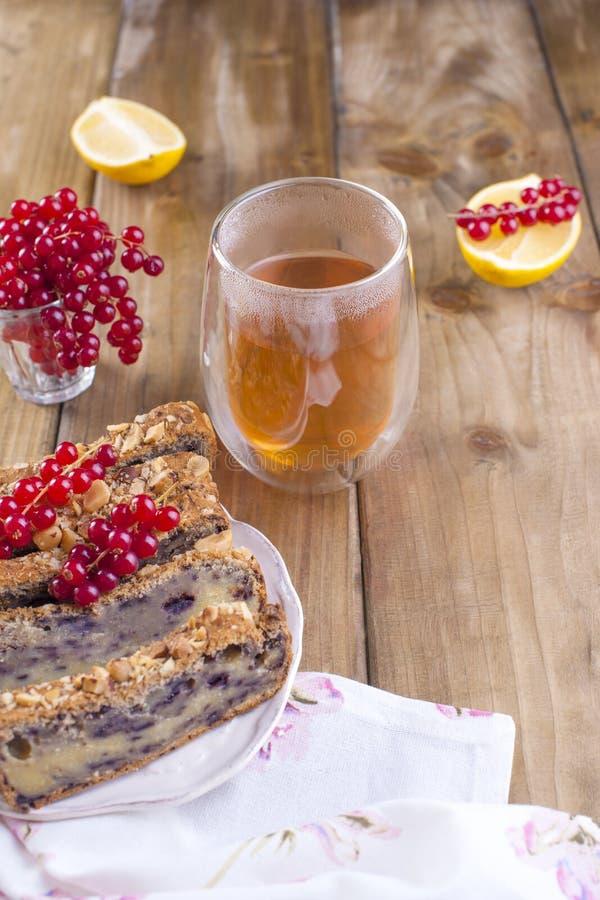 甜自创饼用莓果和坚果早餐自创烘烤的 红浆果和柠檬莓果  木的布朗 免版税库存图片