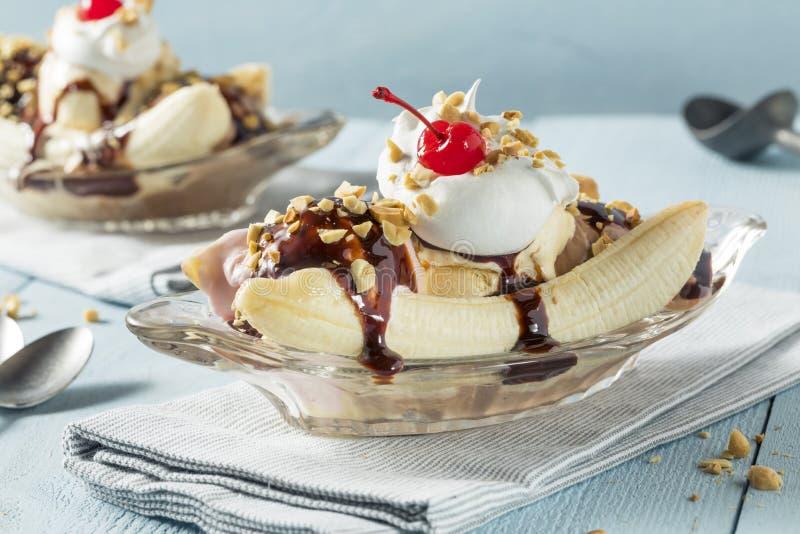 甜自创香蕉半剖条圣代冰淇淋 免版税图库摄影