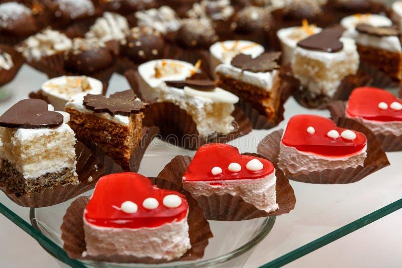 甜自助餐-巧克力蛋糕,蛋白牛奶酥和卷蛋糕,承办宴席 免版税图库摄影