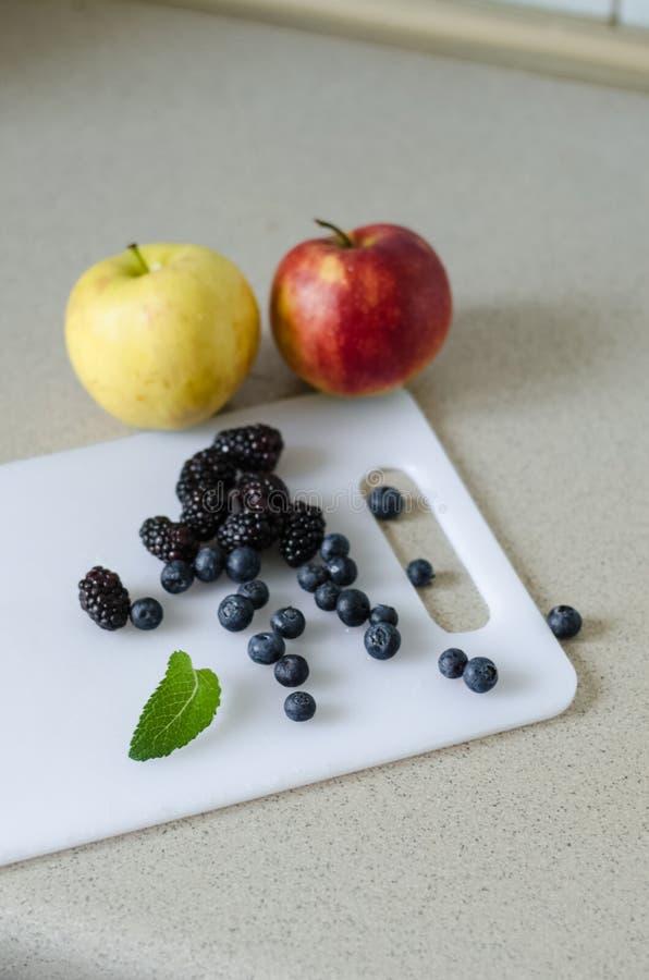 甜苹果、蓝莓、黑莓和薄荷叶,新夏天从市场结果实 免版税库存图片