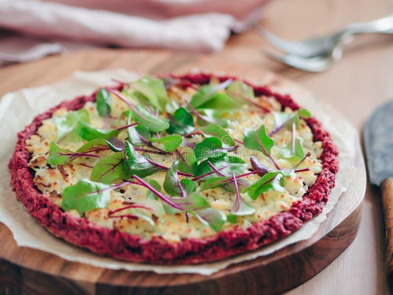 甜菜根与新鲜的甜菜叶子的薄饼外壳 库存照片
