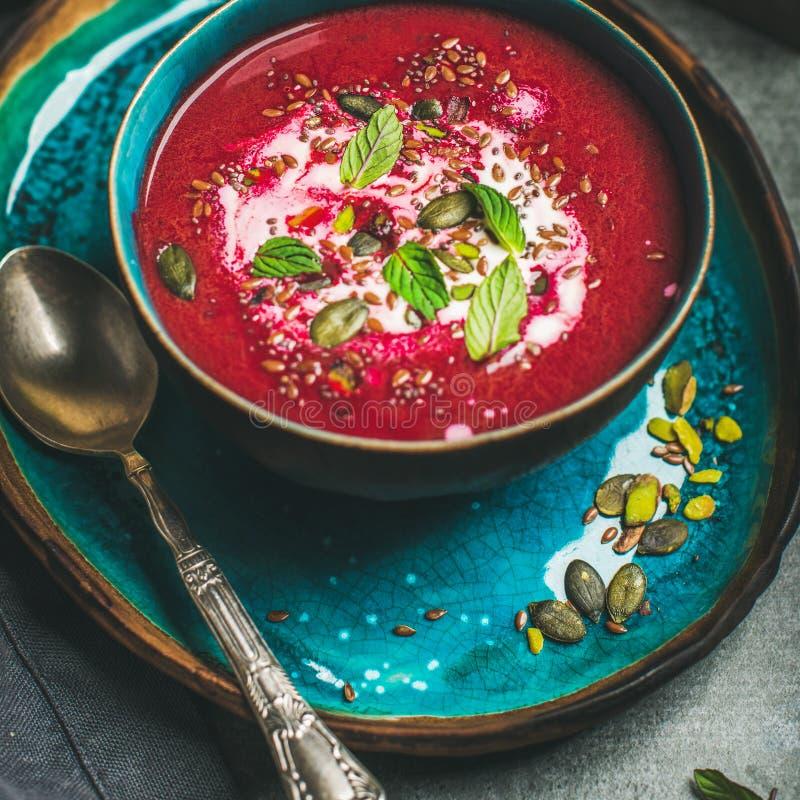甜菜根汤用薄菏, chia,胡麻,南瓜籽,方形的庄稼 库存图片
