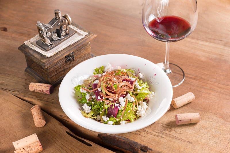 甜菜根沙拉用白色乳酪和红酒 库存照片