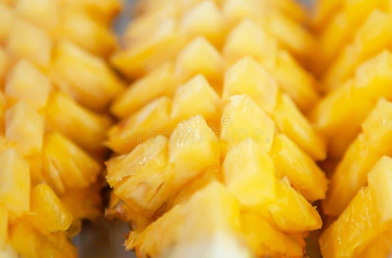 甜菠萝被剥皮和菠萝舱内甲板修剪,成熟和多汁在板材放置 库存图片