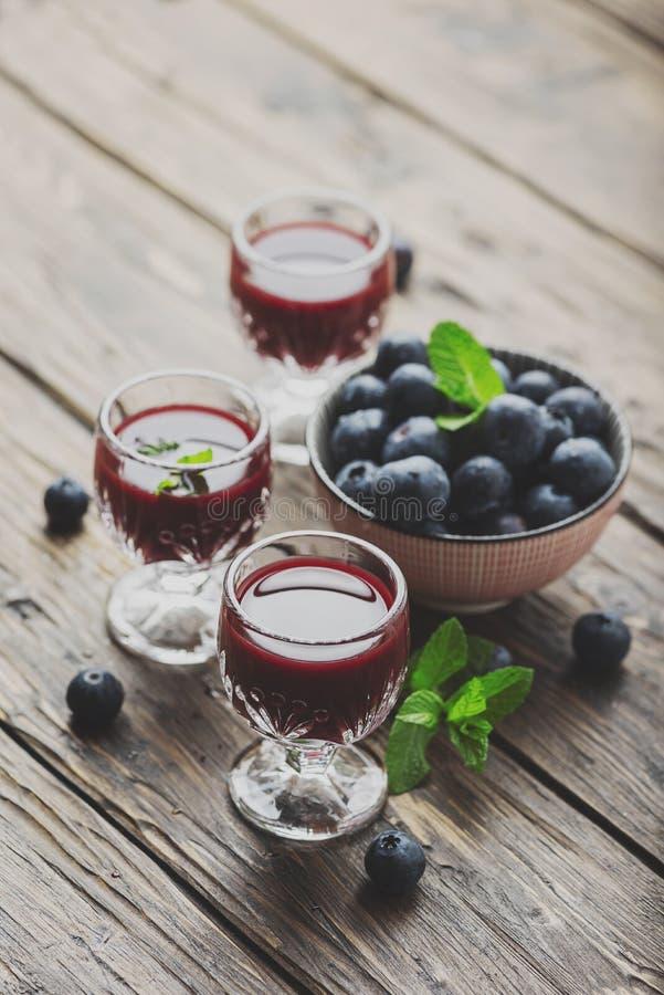 甜蓝莓利口酒 免版税库存照片