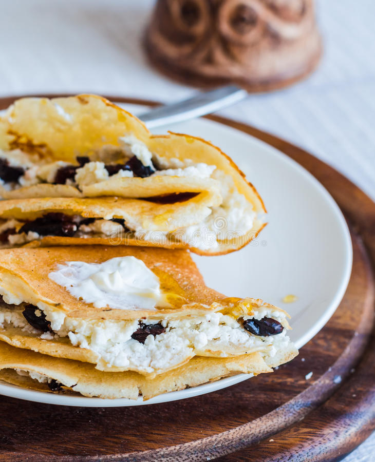 甜薄煎饼用酸奶干酪,修剪,在油煎的p的蜂蜜 免版税库存图片