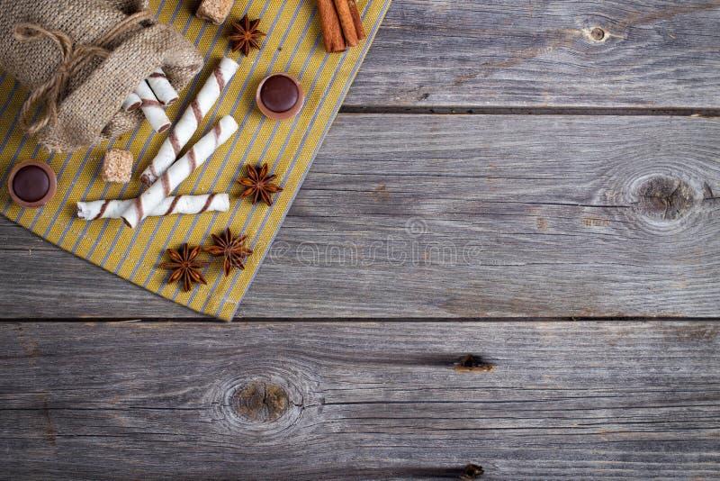 甜薄酥饼卷、焦糖糖果和糖 顶视图 免版税图库摄影