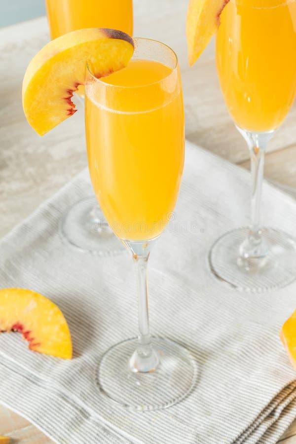 甜起泡的桃子Bellini含羞草 免版税图库摄影