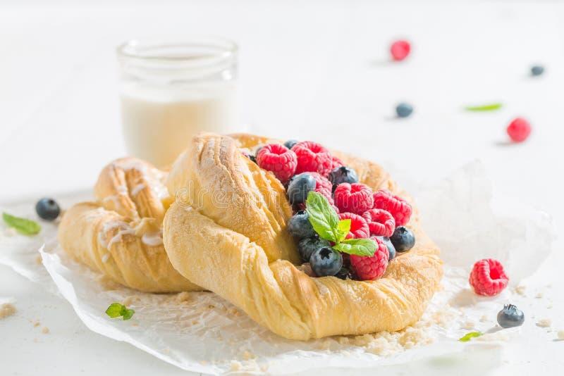 甜酵母饼用新鲜的莓果 免版税库存图片