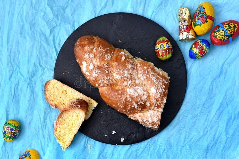 甜黄色面包大面包顶视图与棕色外壳和白糖涂层的 免版税库存照片