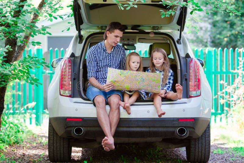 生与看地图的孩子,当旅行乘汽车时 库存图片
