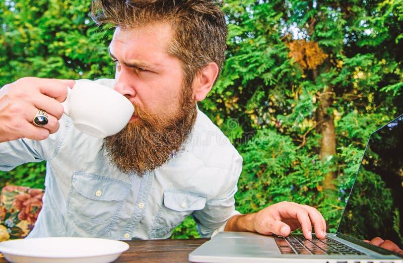 生产力的咖啡因助推器 博客作者自由职业者的编辑 工作狂陈腔滥调 饮料快速地咖啡工作 r 库存图片