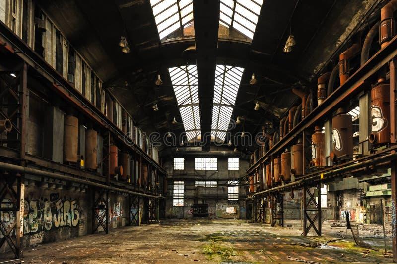 生产大厅中央看法在被放弃的工厂 免版税库存图片