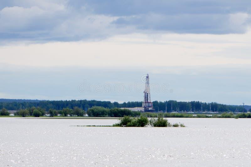 生产油和煤气的近海建筑平台 油和煤气产业和坚苦工作产业 生产平台和操作 免版税库存图片