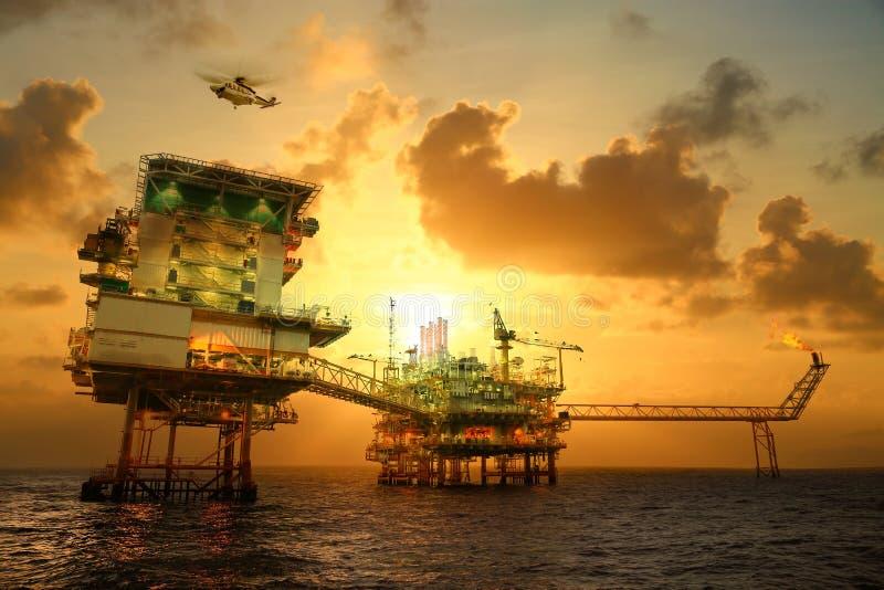 生产油和煤气的近海建筑平台 油和煤气产业和坚苦工作 生产平台和操作 图库摄影