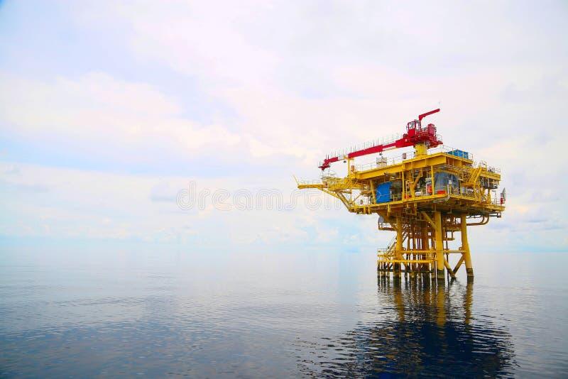生产油和煤气的近海建筑平台 油和煤气产业和坚苦工作 生产平台和操作 免版税库存图片