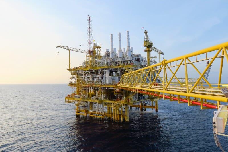 生产的近海建筑平台油和煤气,油和煤气产业和坚苦工作,生产平台 库存照片