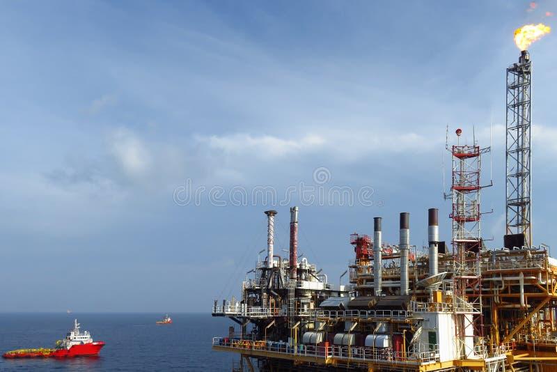 生产的近海建筑平台油和煤气,油和煤气产业和坚苦工作,生产平台 免版税图库摄影