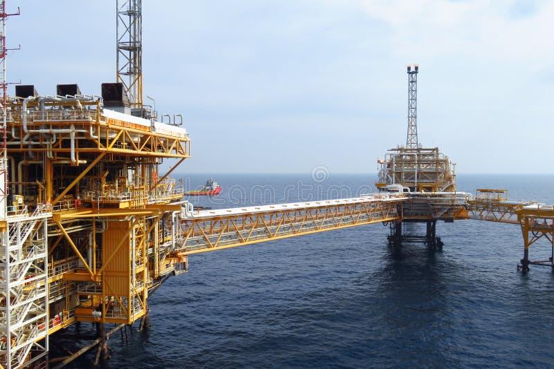 生产的近海建筑平台油和煤气,油和煤气产业和坚苦工作,生产平台 免版税库存图片