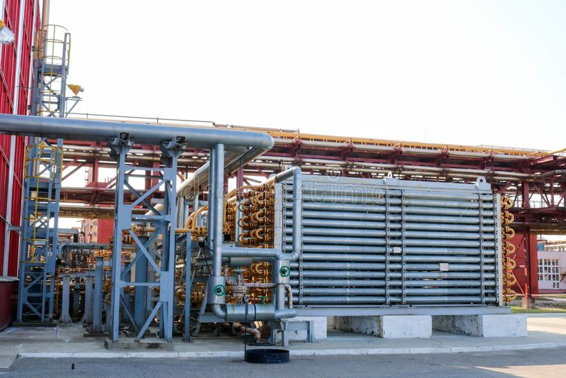 生产的高压聚乙烯在炼油厂,石油化学制品,化学制品一台蓝色筒形反应器 免版税库存图片