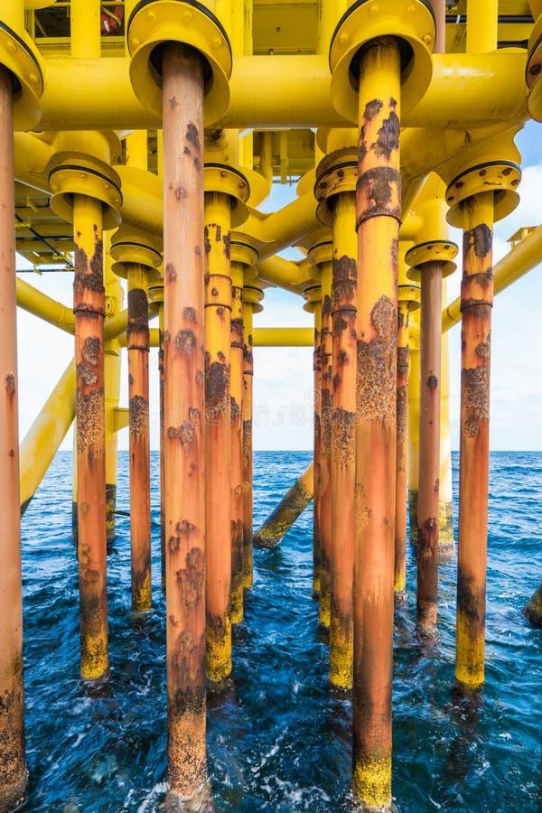 生产管材好的槽孔和框在油和煤气泉源遥控平台流失甲板的  库存照片