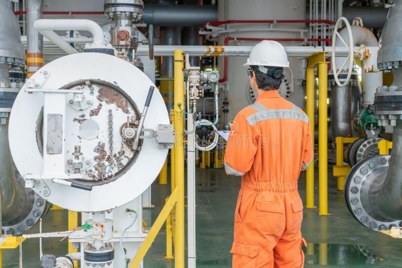 生产经营者在海上油气中央处理平台上观察气体和原油过程 库存图片