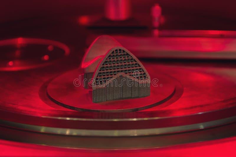 生产过程一个对象的用从金属粉末的一个新闻方法在3D打印机 库存照片