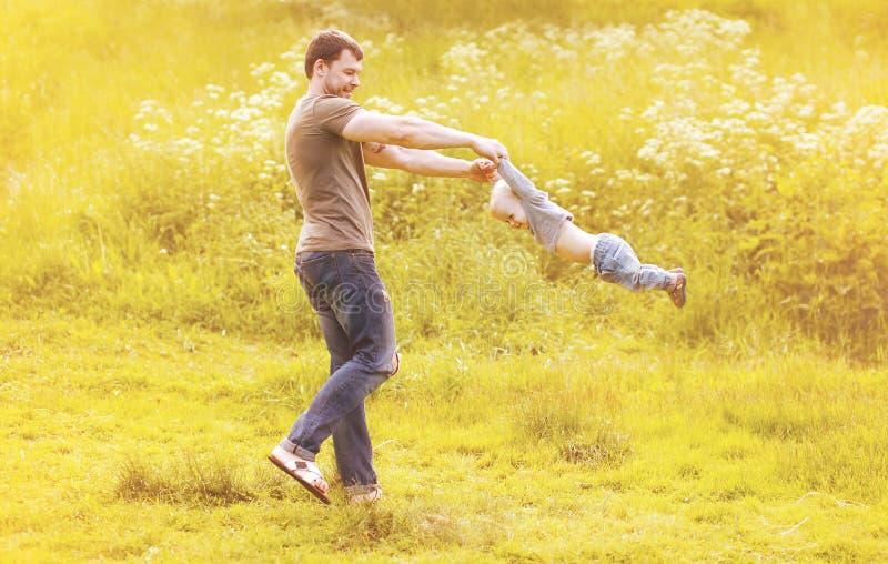 生使用与儿子孩子获得乐趣户外在晴朗的夏天 图库摄影