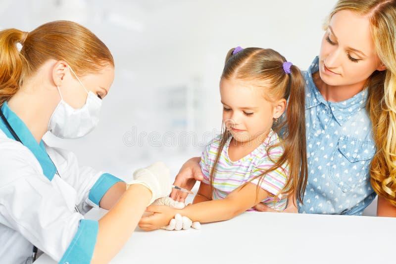 医生儿科医生做儿童接种 库存照片