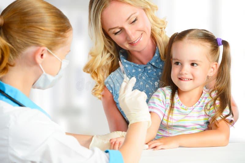 医生儿科医生做儿童接种 免版税库存图片