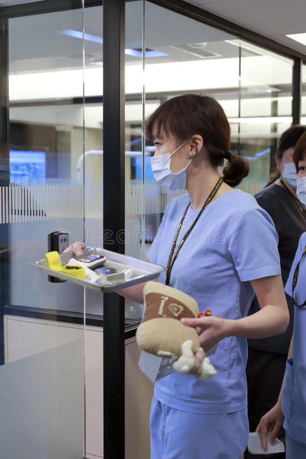 医生准备治疗患者 免版税库存图片
