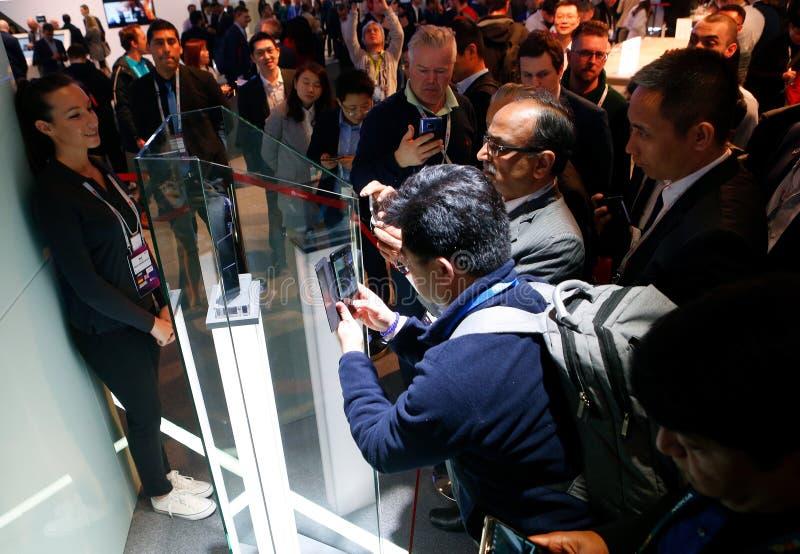 生动描述华为折叠伙伴x可折叠的流动模型的访客在流动世界国会2019年在巴塞罗那 图库摄影