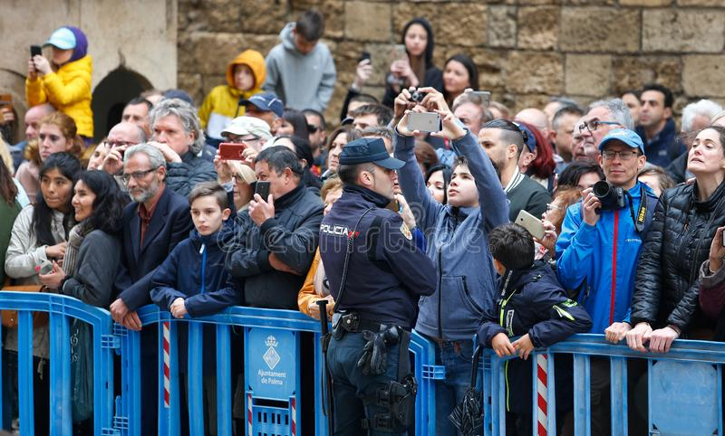 生动描述和看见皇家西班牙家庭的公开等待出席复活节弥撒 免版税库存照片