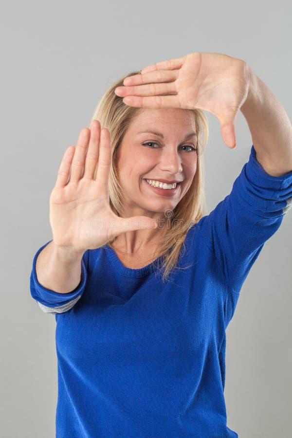 生动描述兴奋的年轻白肤金发的妇女的构筑的概念 库存图片