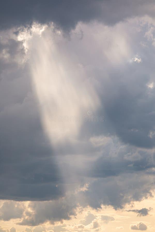 生动的从云彩的光束光线 免版税库存图片