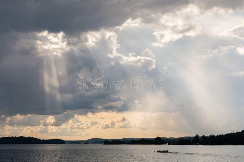 生动的从云彩的光束光线 免版税图库摄影