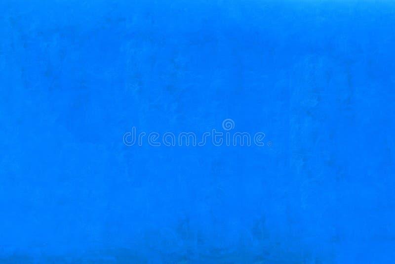 生动的强烈的蓝色颜色粗糙的灰泥门面墙壁作为空的土气纹理背景 库存图片