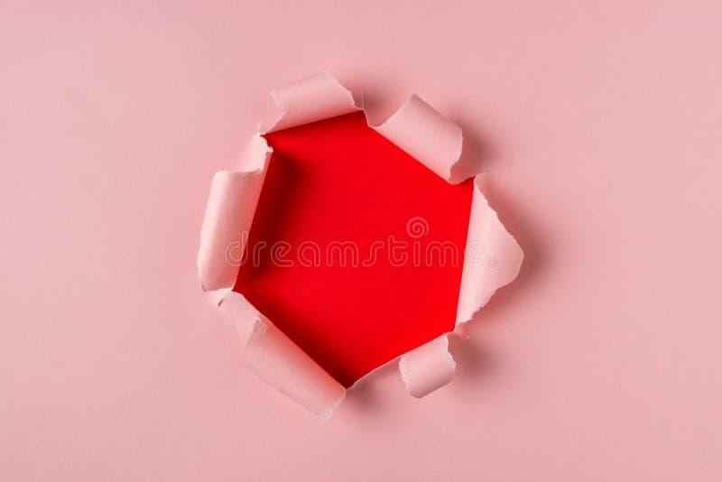 生动的桃红色被撕毁的纸有破裂的孔背景 最小的抽象概念 库存照片