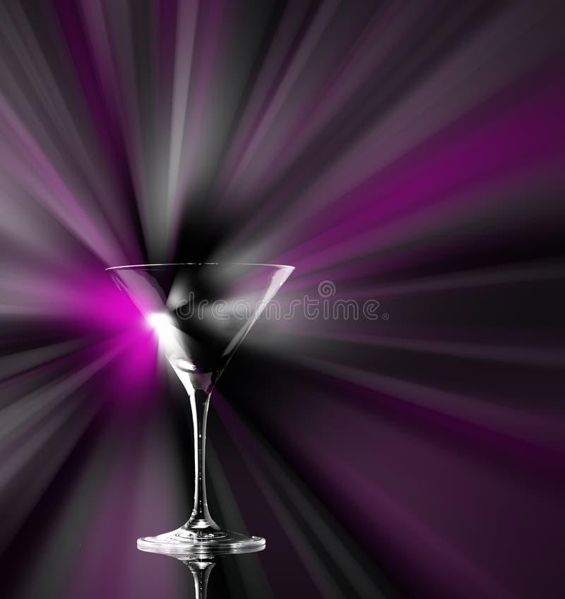 生动的鸡尾酒在黑暗的背景党俱乐部娱乐飞溅落入一块martiny玻璃 复制空间 库存图片
