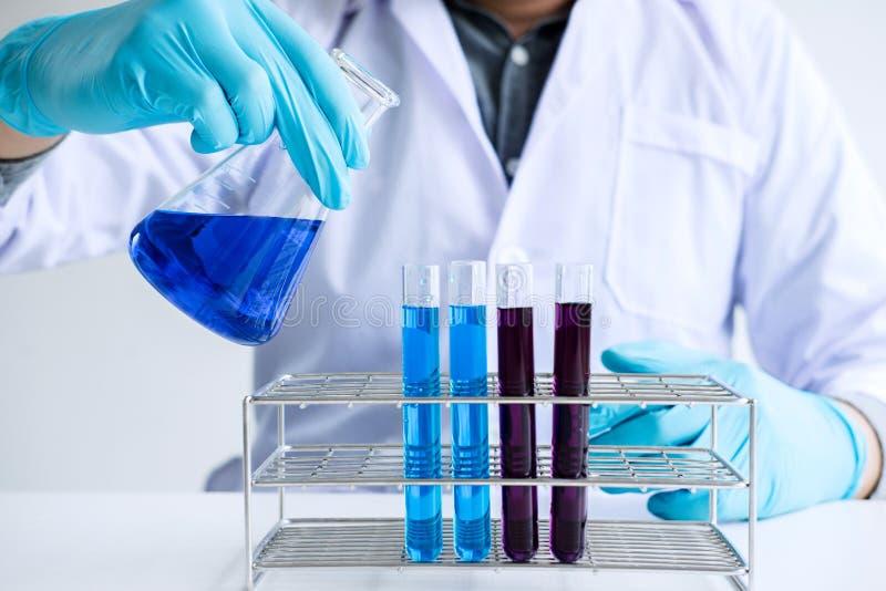 生化实验室研究,化学家分析样品  免版税图库摄影