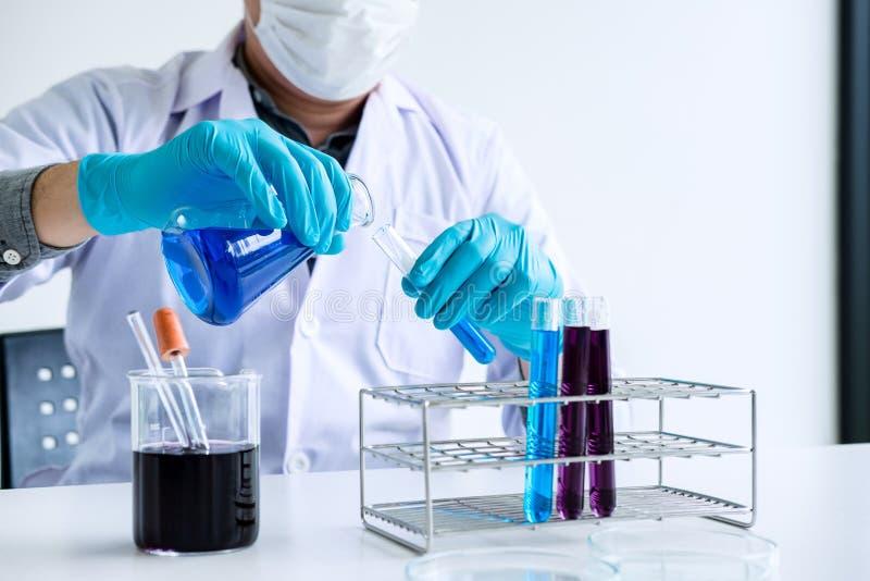 生化实验室研究,科学家或者医疗在实验室co 免版税库存图片